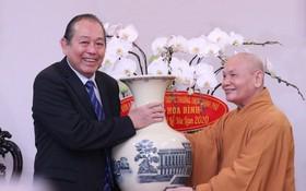 政府常務副總理張和平(左)向越南佛教教會理事會主席釋善仁贈送禮物。(圖源:VNA)