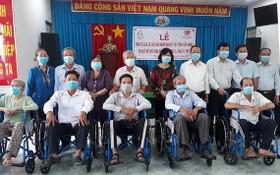 慈善團向家境貧困的殘疾人士贈送手推及手搖輪椅。