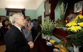總書記、國家主席阮富仲上香緬懷胡主席。