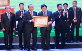 政府總理阮春福(左三)向越南之聲廣播電台頒授一等勞動勳章。(圖源:VTC News)