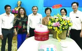 市民族處主任黃文鴻玉(左三)與各代表向劉金華同志(右三)祝賀。