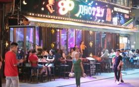 圖為第一郡裴援步行街上的半露天餐廳。(圖源:四貴)