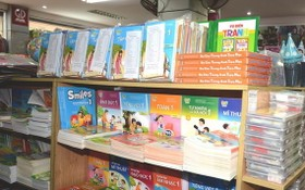 圖為某書店書架上擺售的小學一年級教科書。