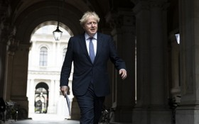 英國首相鮑里斯‧約翰遜從外交部返回首相府。(圖源:新華社)