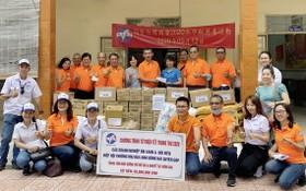 同奈省台灣商會愛心團隊向邊和市水腦症病童院贈送禮物。