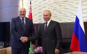 俄羅斯總統普京(右)與白俄羅斯總統盧卡申科在俄旅遊城市索契舉行會晤。(圖源:新華社)