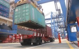 桔萊港口在裝卸集裝箱。(圖源:英秀)