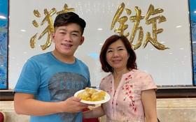 """關漪鏇小姐(右)向食客介紹新推出的點心""""沙翁""""。"""