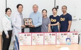 高肇力總經理(左三)贈送月餅給市熱帶病醫院代表。