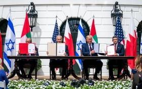 扎耶尼、內塔尼亞胡、特朗普、阿卜杜拉(左起)出席協議簽署儀式。(圖源:推特)