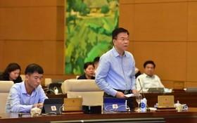司法部長黎成隆(站)在會議上發言。(圖源:Quochoi.vn)
