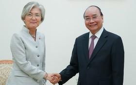 政府總理阮春福(右)接見韓國外交部長康京和。(圖源:光孝)