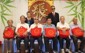 萬盛發集團張氏家族代表向宗長們贈送中秋節禮物。