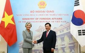 政府副總理、外交部長范平明(右)與韓國外交部部長康京和舉行會談。(圖源:海明)