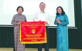 第五郡勵學會獲得越南勵學會頒贈的出色錦旗。