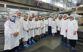 華人企業家們參觀亞洲餅家生產線時合影。