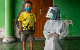 印尼中爪哇省,一名男童正在接受健康檢查。(圖源:兒基會)