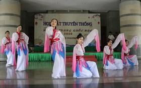 中華學大學生表演歌舞節目。