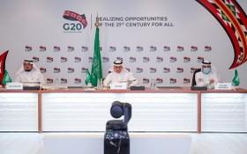 9月22日,在沙特阿拉伯利雅得,沙特商業部大臣馬吉德·卡薩比(中)和沙特投資部大臣哈立德·法利赫(左)出席二十國集團貿易和投資部長視頻會議。(圖源:推特)