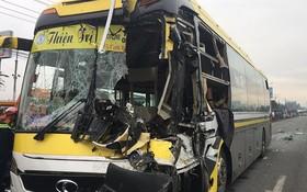 事故現場,客車頭部損壞變形。(圖源:曰放)