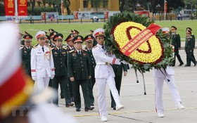 軍隊黨部大會代表團晉謁胡志明主席陵並敬獻花圈。(圖源:越通社)