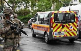 圖為巴黎持刀襲擊事件發生後,法國防暴警察和憲兵在案發現場附近持槍巡邏。(圖源:互聯網)