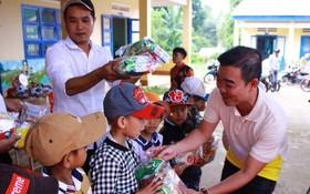 """""""愛心之家""""慈善組向邦芳學校的小朋友們派發禮物。"""