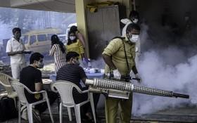 9月28日,一名工作人員在印度孟買一處新冠隔離中心進行滅蚊工作。(圖源:新華社)