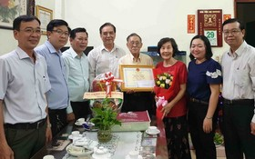 第十一郡及第六坊領導向王沛川校長祝壽、贈送禮物。