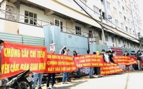 購房者聚集反對開發商違章加建行為。