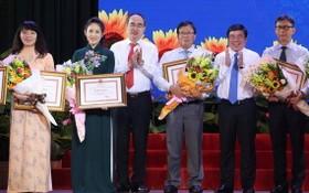 市領導向取得出色成績個人授予獎狀。(圖源:煌潮)