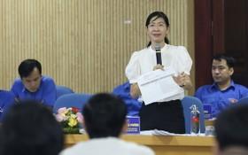 共青團本市市委書記潘氏清芳(站)在會議上發言。(圖源:寶英)