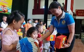 第五郡勞動聯團主席黎氏碧幸向職工的子弟贈送中秋節禮物。