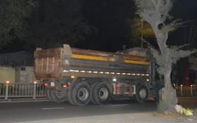 在禁止時間,重型卡車仍駛入舊邑郡阮鶯街。