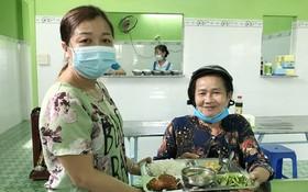 白氏金娟為到飯店用餐的貧困人服務。
