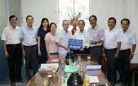 范興主任(左五)接收土龍木天后宮理事會捐款1億1000萬元。