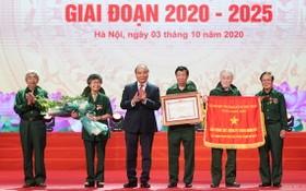 阮春福總理(右三)向河內市青年突擊力量頒發人民武裝力量英雄稱號。(圖源:光孝)