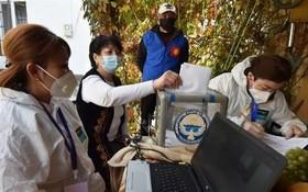 吉爾吉斯斯坦選民在比斯凱克的投票站進行投票。(圖源:AFP)