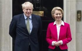 歐盟委員會主席馮德萊恩(右)與英首相約翰遜合影。(圖源:新華社)