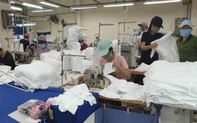 平盛郡勤敏成衣有限責任公司在生產出口日本的T衫和出口美國的口罩。