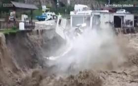 法國與意大利邊境地區的一間房屋遭洪水襲擊倒塌。(圖源:BBC視頻截圖)