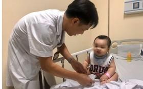 醫生在為一名感染手足口病的小童查體。(圖源:海吳)