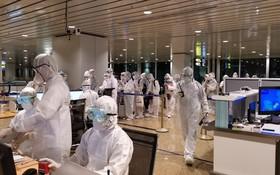 圖為河內市疾控中心駐內牌機場疾控隊伍人員。(圖源:VTV)