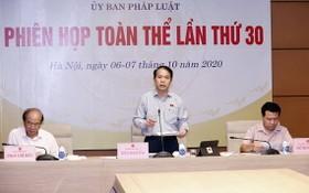 國會法律委員會主任黃青松(中)主持會議。(圖源:尹晉)