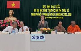 市各少數民族文學藝術協會主席劉金華(中)在會議上發言。