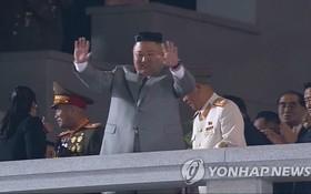10月10日,在平壤金日成廣場,朝鮮國務委員會委員長金正恩出席勞動黨成立75週年閱兵儀式,並在發表講話前向群眾揮手致意。(圖源:韓聯社)
