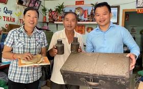 黃森煒夫婦(左一、二)把其先父母的遺物捐贈給陳列室。