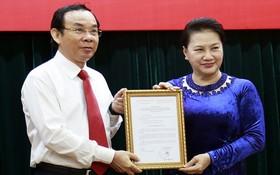 國會主席阮氏金銀(右)頒發《決定》給阮文年同志。(圖源:友功)