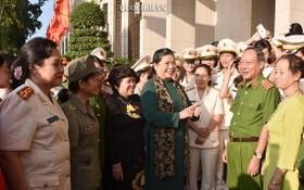 國會常務副主席從氏放(中)與全國毒品防打工作模範婦女團會晤。(圖源:Quochoi.vn)