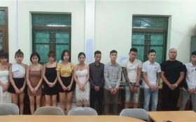 被拘留的12名吸毒男女青年。(圖源:維姜)
